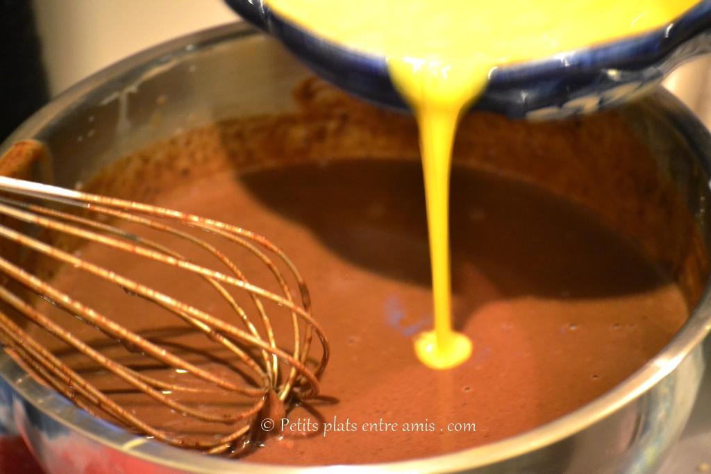crème et lait sur chocolat fondu