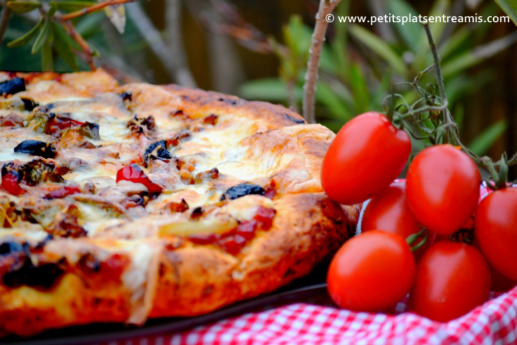 Pizza au thon avec tomates