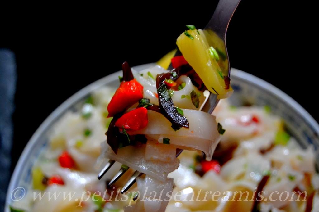 bouchée de salade de nouilles chinoises