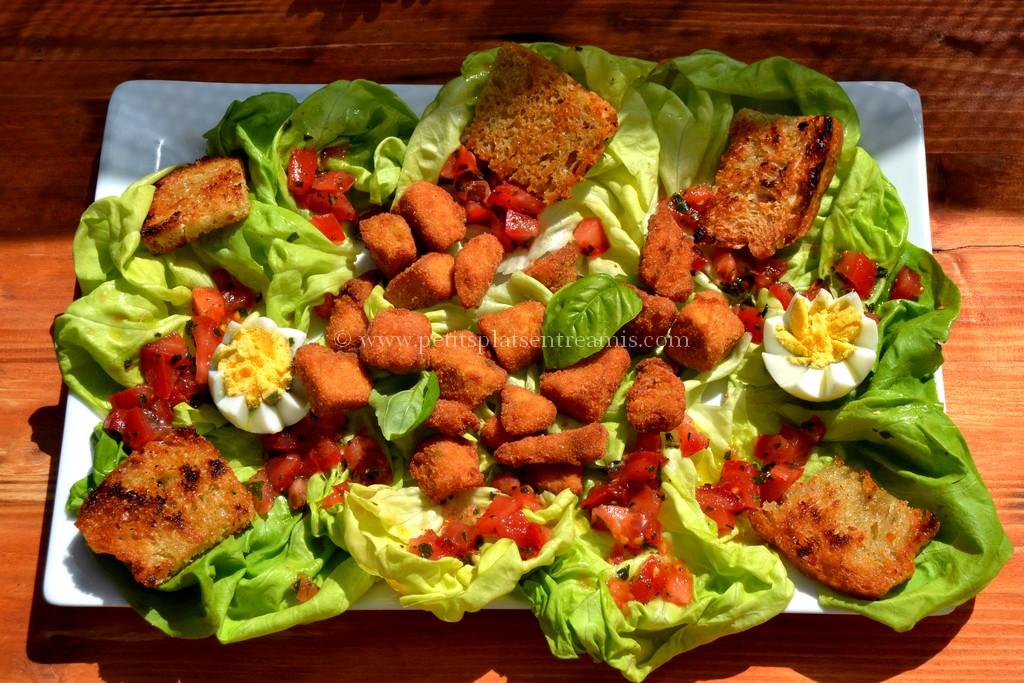 assiette de salade aux croutons de pintade