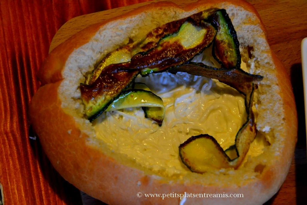 crème fromage et courgette dans pain-panier