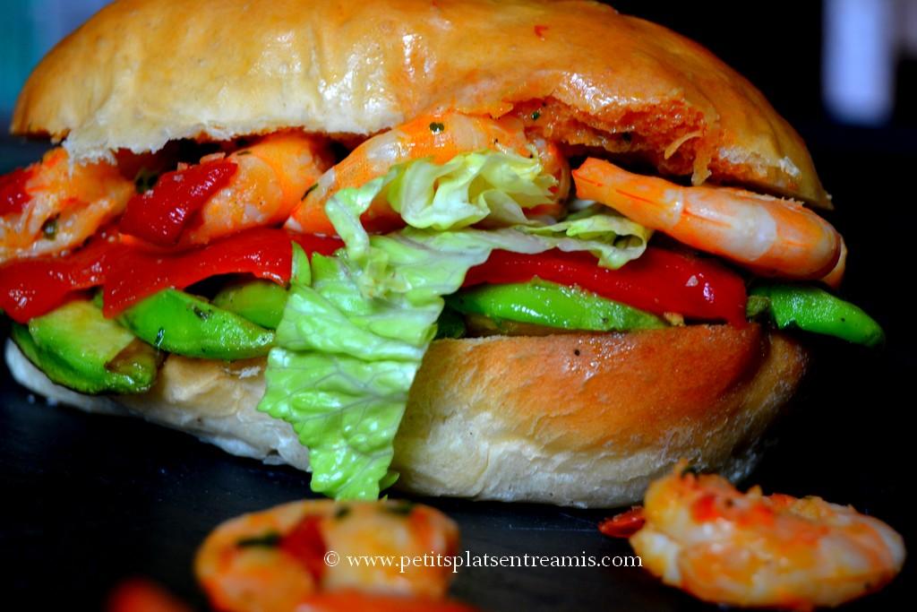 gros plan sur hamburger avocat crevettes