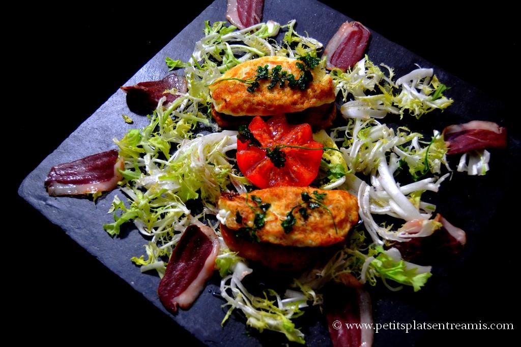 salade d'oeufs frits sur ardoise