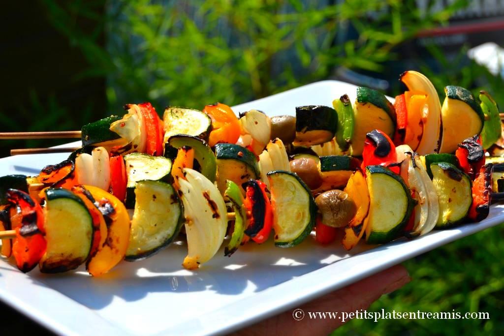 brochettes de légumes servies