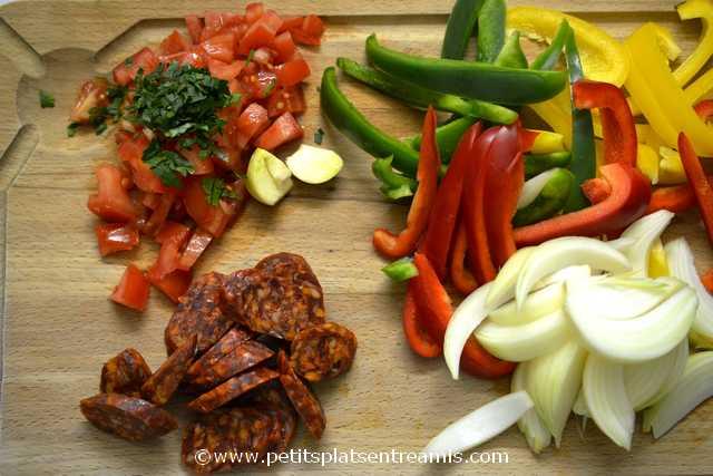 préparation des ingrédients pour tagliatelles aux poivrons et chorizo