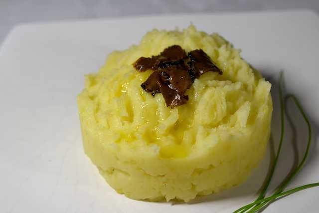 assiette d'écrasé de pommes de terre à l'huile de truffes