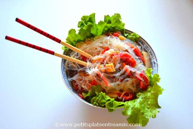 plat de salade asiatique aux vermicelles de soja