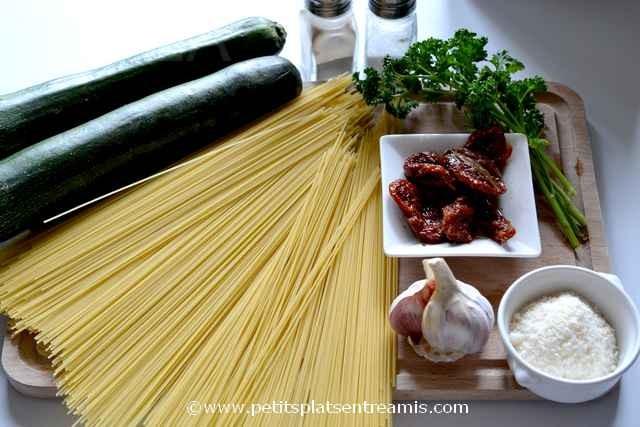 ingrédients pour pâtes aux courgettes
