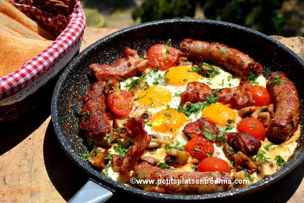 poêlée de saucisse-au-comté,-bacon-&-oeufs