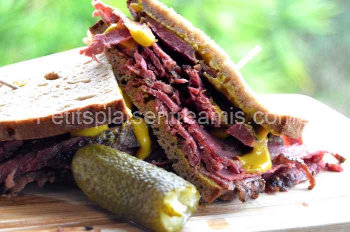 bouchée de sandwich à la viande fumée