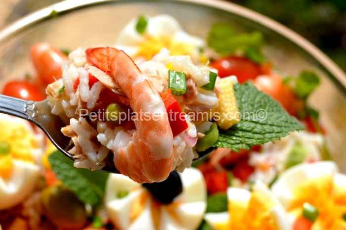 cuillère de salade de riz au thon et crevettes