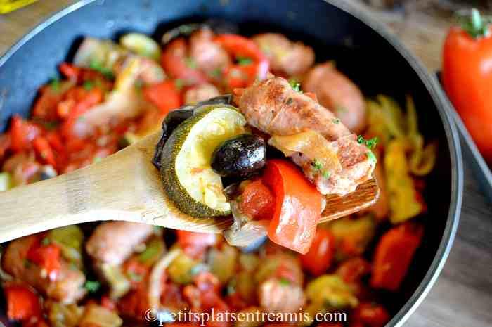 cuillère de ragoût de saucisses à la provençale