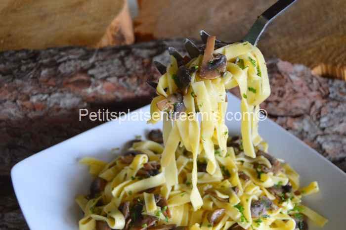 cuillérée de tagliatelles aux champignons
