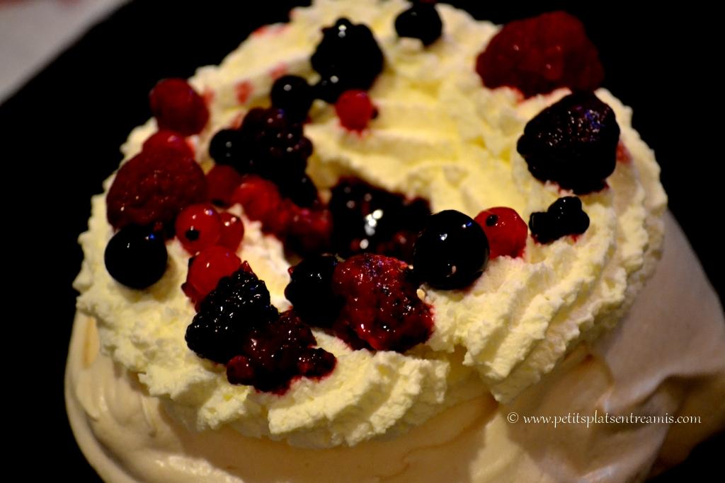chantilly et fruits rouges sur meringue