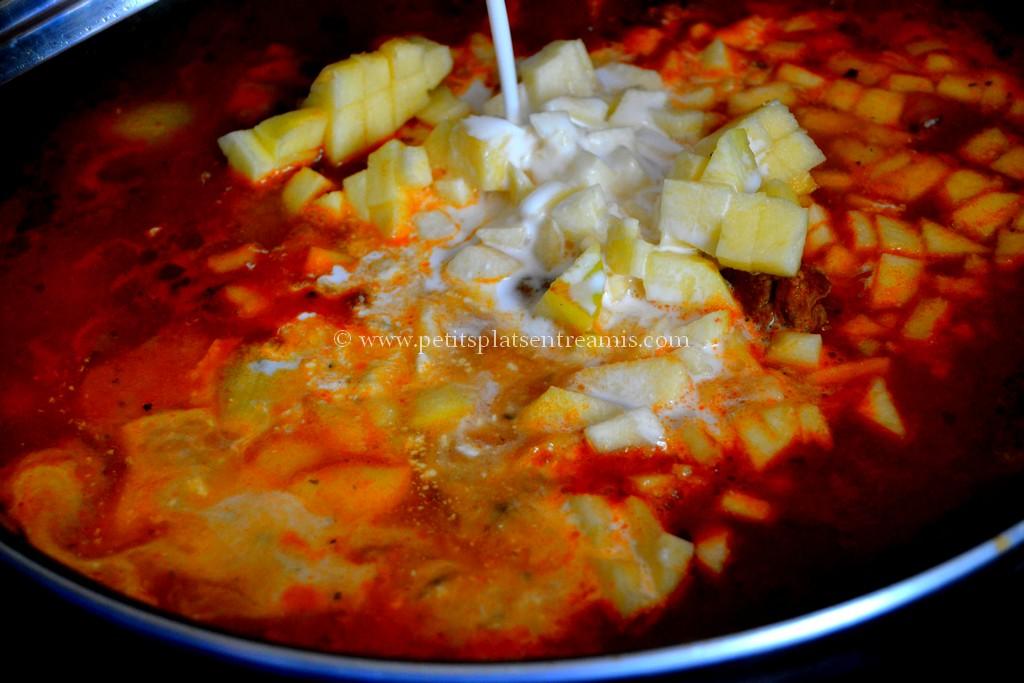 pommes et lait coco dans curry d'agneau