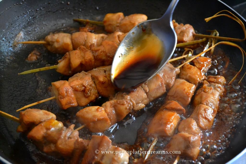 sauce sur yakitori de poulet