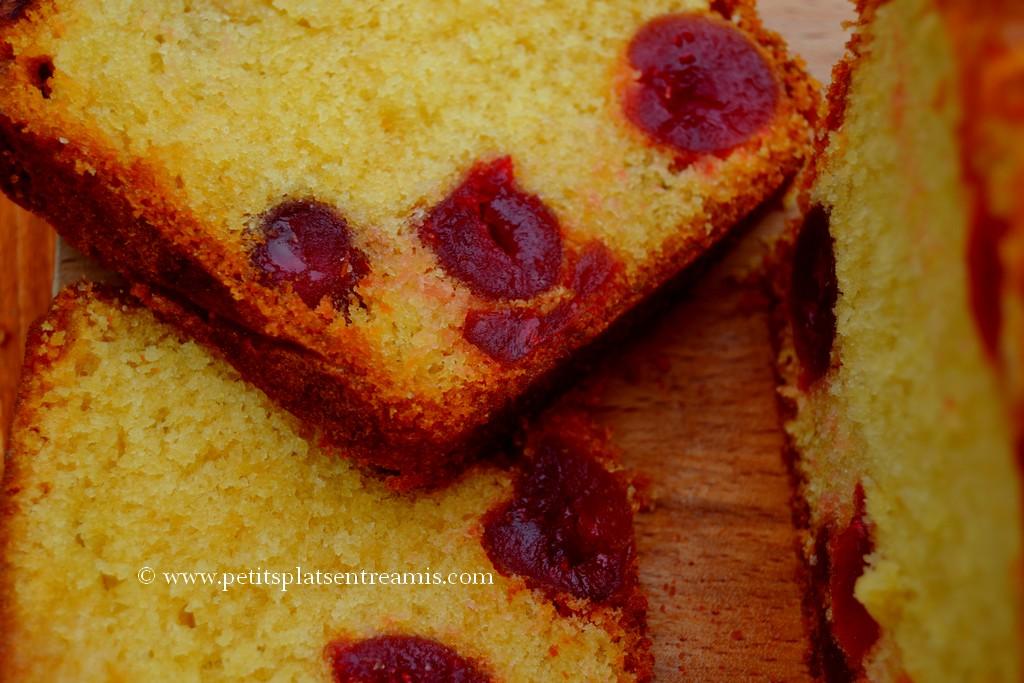 tranches de cake aux cerises