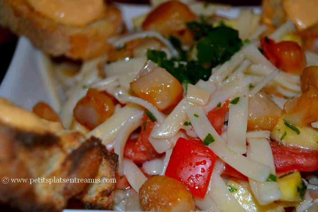 salade de noix de Saint Jacques et pâtes servie