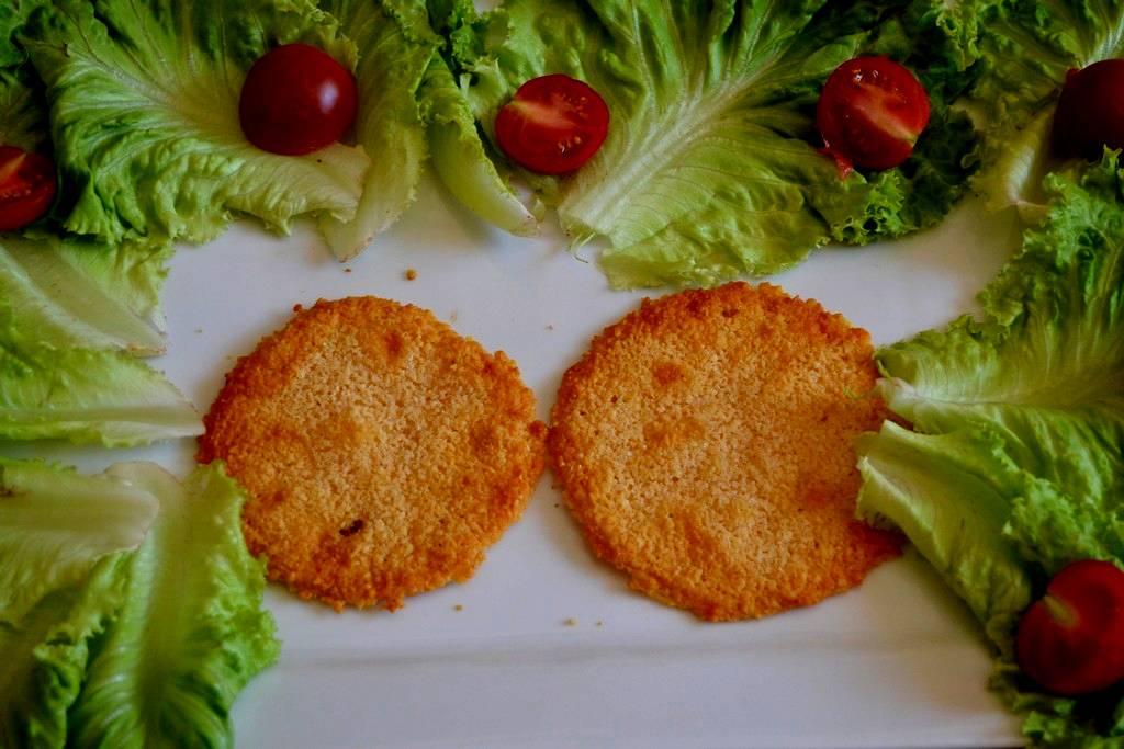 galettes de parmesan sur assiette
