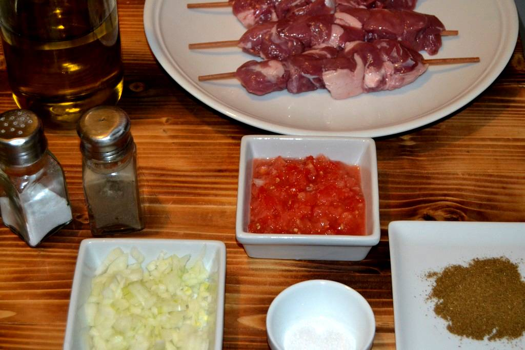 ingrédients coupés pour brochettes d'agneau
