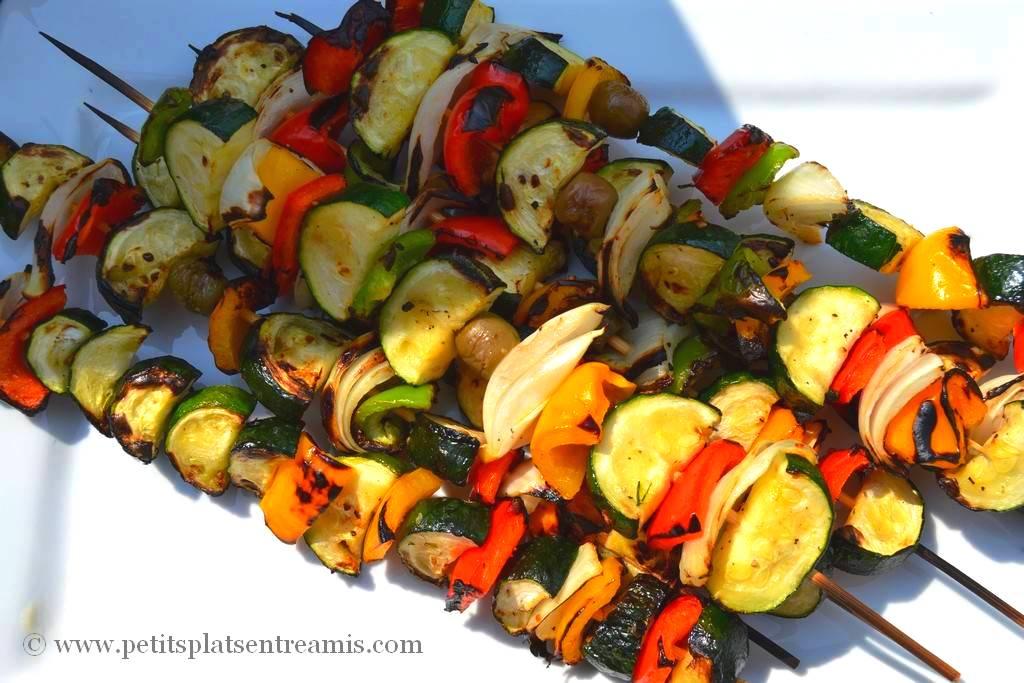 plat de brochettes de légumes