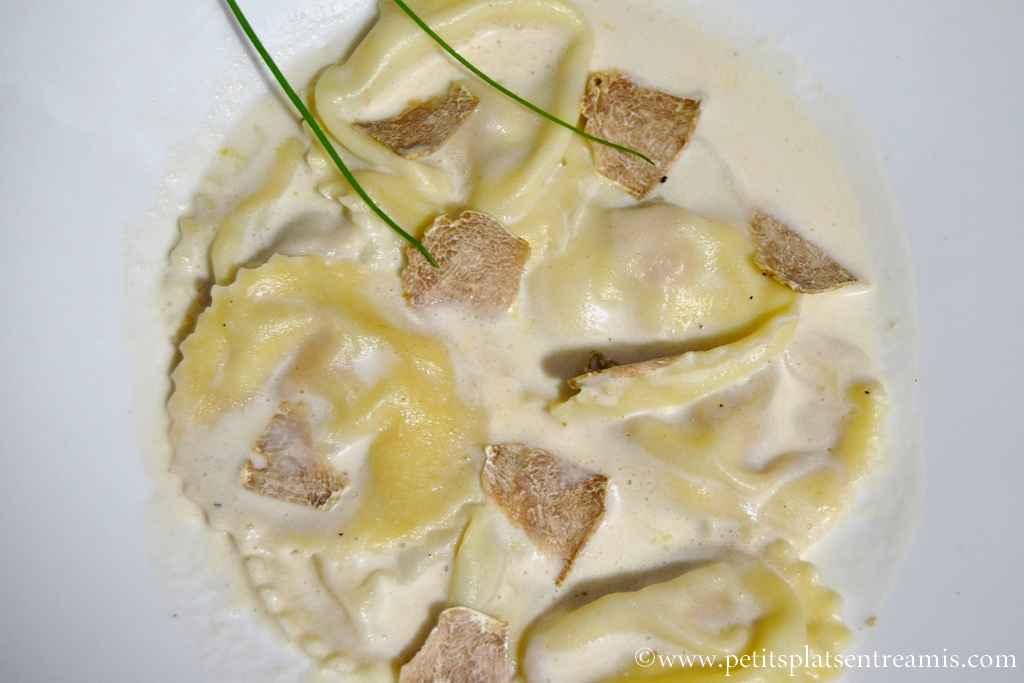Plat de ravioles de foie gras à la truffe blanche