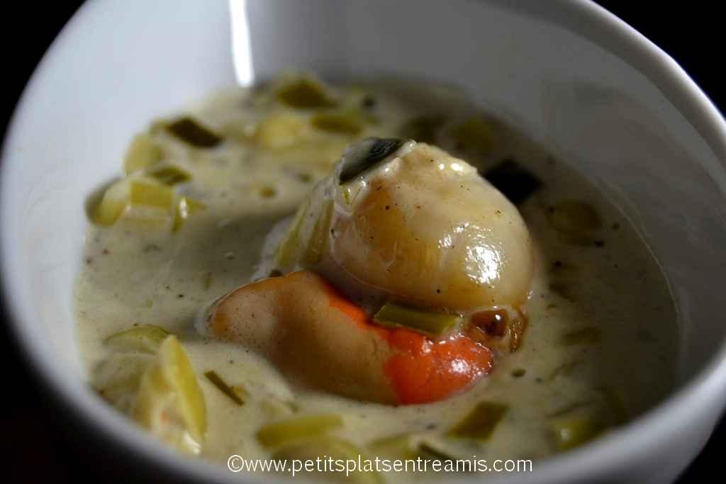 gros plan bouchée de noix de Saint-Jacques à la fondue de poireaux