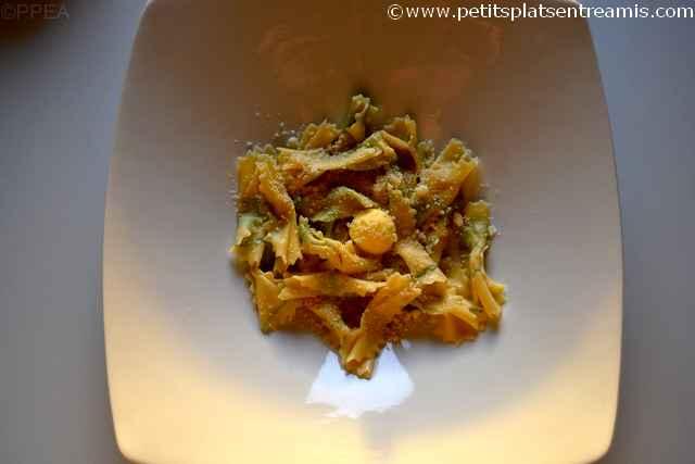 assiette de pâtes fraîches en imprimé d'herbes aromatiques