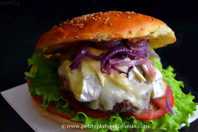 hamburger au camembert sur ardoise
