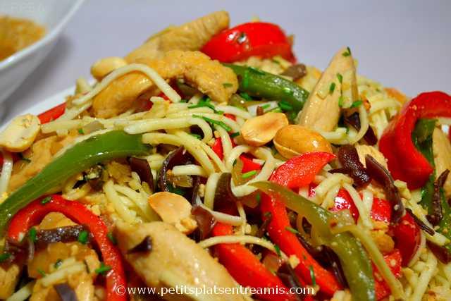 poulet sauté aux nouilles chinoises à la une