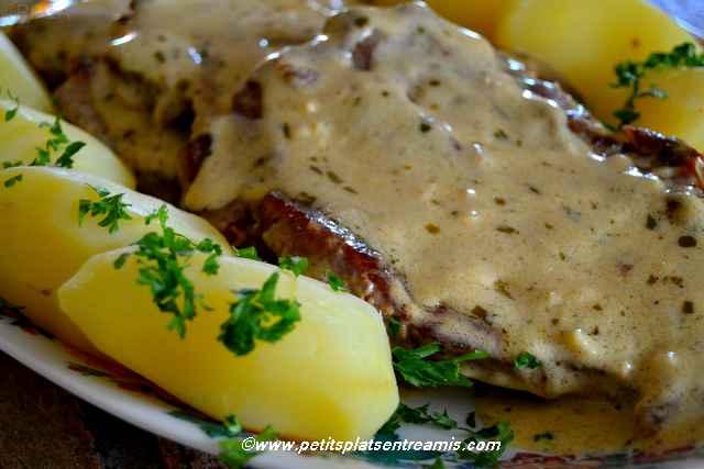 côtes de porc à la moutarde sur plat