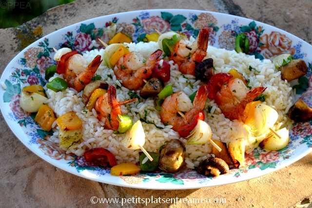 plat de brochettes de gambas et légumes
