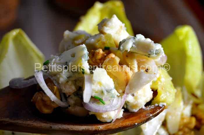 cuillère de salade d'endives au roquefort et aux noix