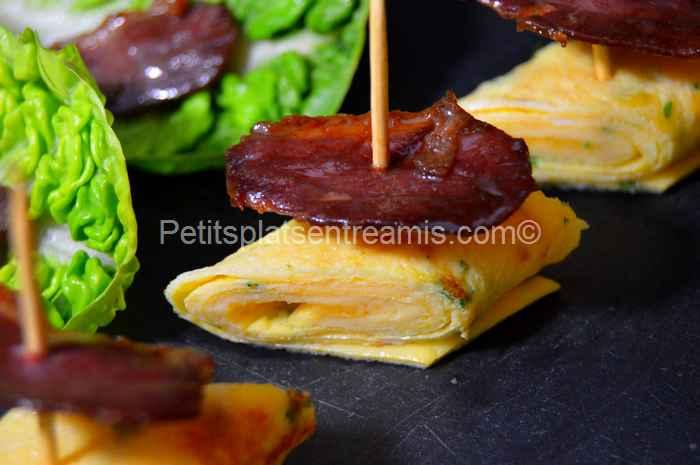 Tapas d'omelette et magret de canard séché pour l'apéritif